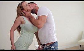 Homem alisando buceta da safada que ele vai foder