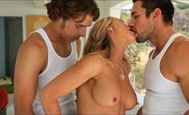Loira em muito sexo suruba com dois machos