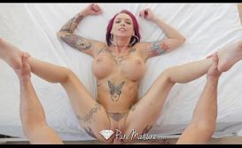 Mulher tatuada leva pica metendo na buceta