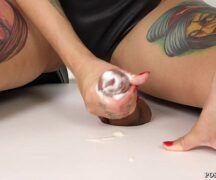Www.brasileirinhas.com.dr com uma mulher tatuada safada batendo uma bronha para o cara safado