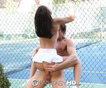 Skokka gata fode na quadra de tenis
