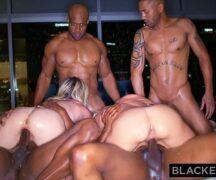 Gangbang bem dotados negros comendo as loiras