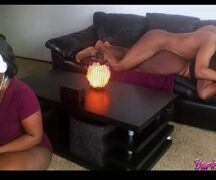 Vídeo de mulher gorda dando em casa no sofá
