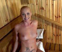 Boquete rapido da mulher loira na sauna